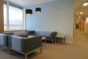 <b>KONTORKOS:</b> De nye teppene i Ullensaker Rådhus gjør kontorlokalene lune og trivelige. I de sosiale sonene kan de ansatte slå av en prat i behagelige omgivelser.
