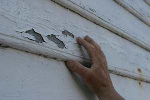 Gammel og sprukken maling må fjernes.