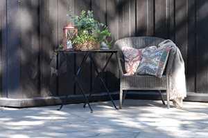 <b>HYGGE:</b> Det blir hyggelig med malte møbler og tekstiler på uteplassen.