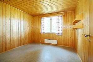 Det gamle soverommet trengte bar preg av gammelt, mørkt panel.