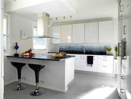 Det trange kjøkkenet i to avdelinger ble gjort om til ett stort kjøkken der enkelhet og gode praktiske løsninger ble viktige stikkord.