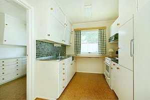 Det gamle kjøkkenet var delt i to. De nye huseierne ønsket et mer praktisk og åpent kjøkken.