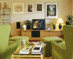 Etter: Stuen har fått ny farge, og bildene har blitt hengt opp på nytt.