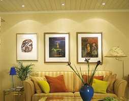 Spesielle gjenstander og malerier man ønsker å belyse kan få et sterkere lys, for eksempel en downlights, direkte på seg.