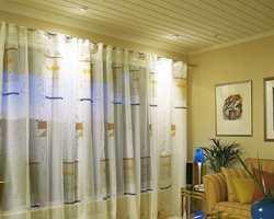 Når kveldsmørket senker seg kan gardinene trekkes helt for og belyses slik at de store glassflatene ikke blir stående som svarte hull i veggen.