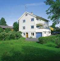 Form og farge tidstypisk for 50-tallet. Hvitt fremhever huset høyde og gjør det ruvende i terrenget.