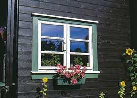 Grønnfargen rundt det hvite går igjen på alle vinduer og som staffasjefarge.