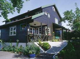 Med mørk brun hovedfarge og detaljer med lett grønntone fremstår huset helt nytt. Alt er behandlet med beis.