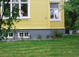 En villa hvor grunmuren er fargesatt i en mørkere grå farge.