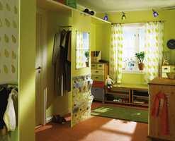 Smarte innredningsløsninger har ryddet rommet, og fargene forteller at det bor småfolk i huset.