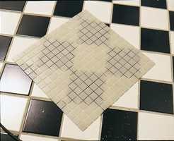 Et markant mønster kan synes igjennom glassmosaikkflisene, slik som her. Da grunnes gulvet først med hvitt våtromslim.