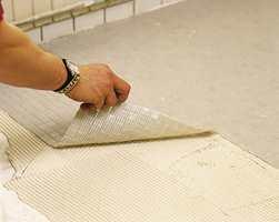 Flisene er festet på kvadrater av glassfibernett som festet i limet. Når limet er herdet kan flisene fuges.