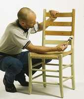 Stolen er vasket og her påføres heftgrunning brukket i samme farge som malingen.