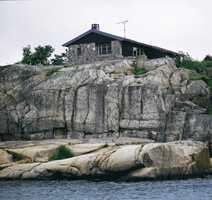 Her tar man hensyn til omgivelsene. Naturens fargespill rundt sjøhytta er brukt helt bevisst i fargesettingen av  eksteriøret.<br/><a href='https://www.ifi.no//fargevalg-pa-hytter-ved-sjoen'>Klikk her for å åpne artikkelen: Fargevalg på hytter ved sjøen</a>