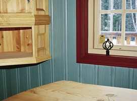 Fargekombinasjonen i stua mellom vegg, vinduskarm og selve vinduet.