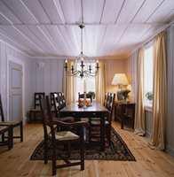 Alle tak, taklister og vinduer i bygningen er hvitmalte, dette både for å gi lyse rom og for å følge tradisjon. Veggene i spisestuen er malt i en lys gråtone, en farge som var mye brukt på storgårder i tidligere tider. De okergule stripene i gardinene, klippet i hel lengde med tillegg for bevisst å kunne hvile på gulvet, tar opp den varme, gylne fargen i det nylagte tregulvet.