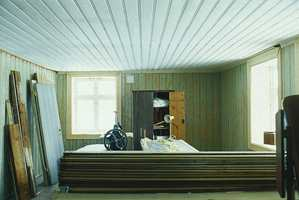 I soverommene var det mye av det opprinnelige panelet som var brukbart bare det ble rengjort og pusset ned. Dette rommet hadde tidligere vært malt grønt, og det ga inspirasjon til fargevalg. Panelbordene her var for det meste av en annen type enn i første etasje - smalere, med profiler og maskinhøvlede. Det tyder på at disse rommene ble kledd inn en god del senere.