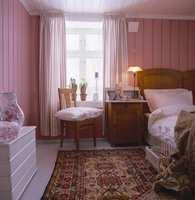 Det er godt å våkne opp i en fredelig rosatone som gir rommet lys og varme, selv om novembertåka ligger over åkrene. I en slik farge får også vår og sommer fritt spillerom.