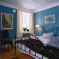 : Temmelig brede lister, både langs gulv og tak er malt i hvitt slik at de på en måte rammer inn det turkise rommet sammen med dørens ramtre og gerikter.