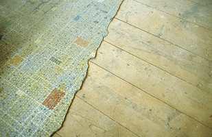 Det viste seg at flotte gulvbord var skjult av nedslitt linoleum. Etter sliping og oljing fremtrer de nesten som nye i det turkise rommet.