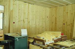 På kjøkkenet måtte det settes opp nytt panel, men det ble høvlet på samme måte som det gamle. Panelet i taket kunne imidlertid brukes også her, slik som i de andre rommene.