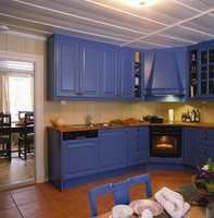 Blått ble valgt som farge på den nymonterte kjøkkeninnredningen. Denne fargen har i et par hundre år vært kjøkkenfargen