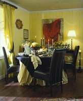 En blanding av pompøst og rustikt. Farger i innbydende toner og rikelig med matchende tekstiler. En anelse fransk slott tilpasset en norsk spisestue.