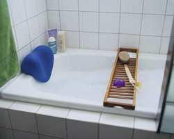 Badekaret er 140 cm langt (160 cm er vanlig). Ferdig vinklet badekarfront gjør det enkelt å mure inn og flislegge.