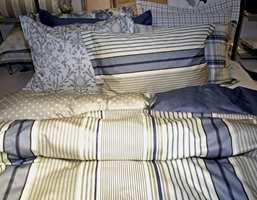 Sengetøy mønstret i lyse farger over til den mørke indigo. Fra Turiform-kolleksjon til Nordicform.