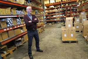 Inge Aasen er en gammel traver i tapetbransjen. Han har vært i bransjen siden 1974. – Utvalget av tapeter er større enn noen gang, sier han.
