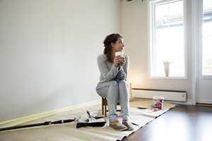 Ved solfyllt vær, er det effektivt å male inne. Flytt møbler og innredning ut på terrassen og ha fri bane inne!