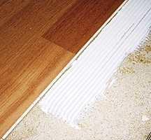 Over aluminiumsplatene legges 16 mm trefiberplater. Til disse kan det hellimes parkett eller teppegulv.