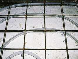På bad, kjøkken eller andre rom der det ønskes keramiske fliser legges en armeringsnetting over isopormattene.