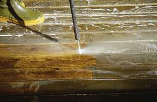 En høytrykkspyler kan også brukes for å fjerne rensemiddelet.