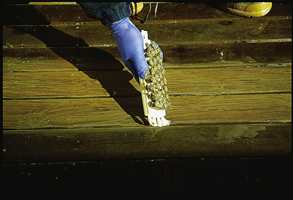 Så børstes gulvet rent med en skrubb.  Gjenta prosessen om nødvendig.