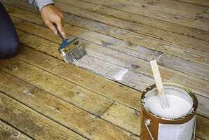 Påfør en olje når treverket er tørt. Påfør fyldig i noen bord av gangen og la oljen trekke inn i treverket. Tørk av det overskytende.