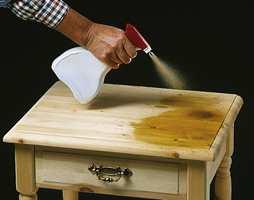 Interiørbeis påføres lett med dusjflaske. Spesielt egnet er metoden når møblet har mange dreide elementer og lignende.