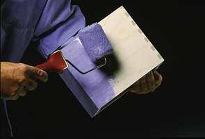 Bruk pensel eller malerull, men jevn ut med samme type redskap for å unngå ulik overflatestruktur.