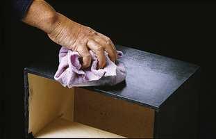 Beis som inneholder voks poleres opp med en tørr klut eller helst en hvit skurepad.