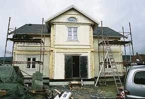 Skallet på ferdighus settes fort opp. Dette huset kom i store moduler, og ble reist fra den ene dagen til den neste.
