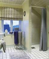 Bad i beige, blått og grått. Flisene er tidløse og nøytrale og gjør det enkelt å forandre ved å bytte ut handklær og annet baderomstilbehør.