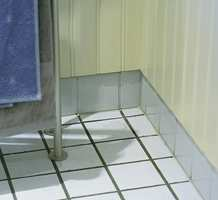 Den glaserte gulvflisen med ujevn overflate i hvitt måler 10 x 10 cm. En mørk fugemasse egner seg til bruk på gulvet, mens veggfug med fordel kan være lys.