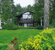 Den nye fargesettingen av huset på den naturpregede tomten. Kontrastene er ikke lenger skarpe.