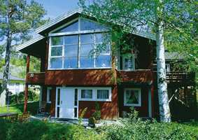 Før: Rødt hus nær skogen. Godt markert med hvite detaljer.