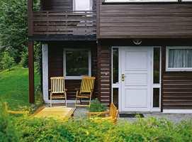Hvit staffasjefarge rundt vinduer og dør er erstattet med den samme brunrøde farge som på huset ellers, mens kvadergrå er den nye farge på detaljene.