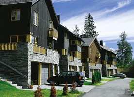 Helheten virker harmonisk når husene bindes sammen med en felles detaljfarge.