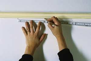 Stripene er 16 cm brede,og avstanden settes av med blyantmerker rett under taklisten og ved gulvlisten. Man kan også bruke loddesnor.