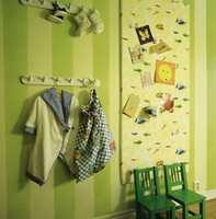 Oppslagstavlen er en plate av isopor kledd med restestoff fra sengehimmel og gardin. Praktiske duntøfler, morgenkåpe med ben, og tøypose.