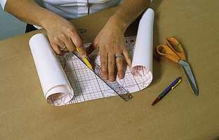 Bokstavene skjæres ut med skarp tapetkniv e.l. Buer klippes til.