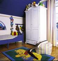 Striper gjentas i gardinen, sengetøyet, sitte-sekken og tapetborden under taklisten.